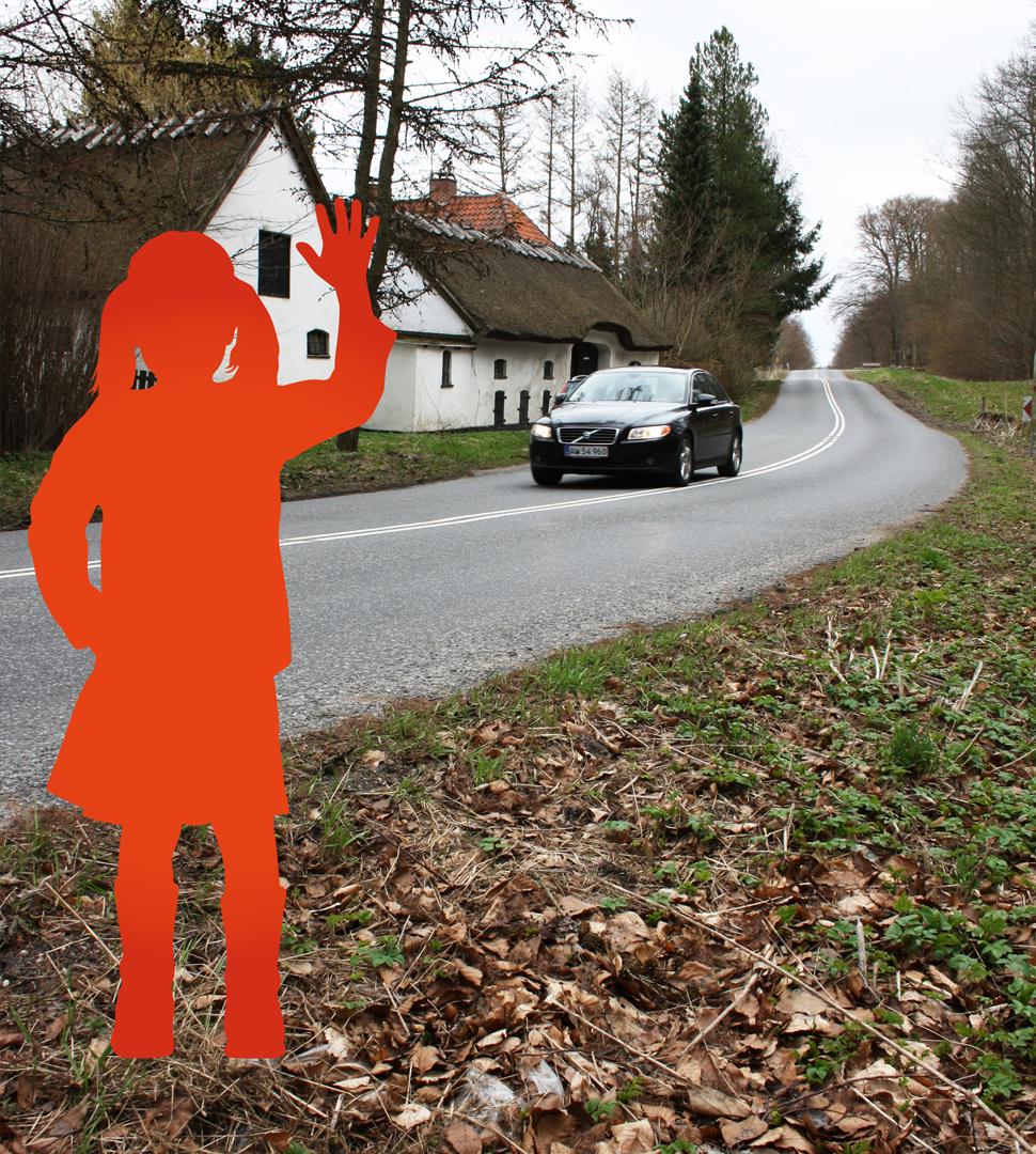 Nudging og trafiksikkerhed med papfigur pige